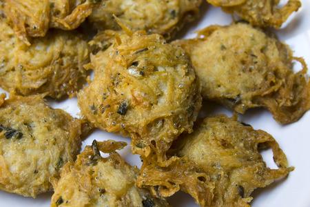 Profondo piccolo pesce fritto su uno sfondo bianco Archivio Fotografico - 26906446