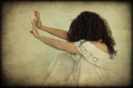 delincuencia: No más violencia contra las mujeres, retro textura, concepto Foto de archivo