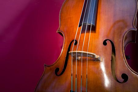 Close-up de la contrebasse, instrument de musique en bois qui se joue avec un archet Banque d'images - 27207619