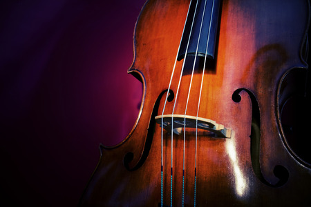 Close-up van contrabas, houten muziekinstrument dat wordt gespeeld met een boog Stockfoto