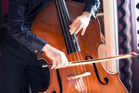 コントラバスの弓で演奏される木製の楽器のクローズ アップ