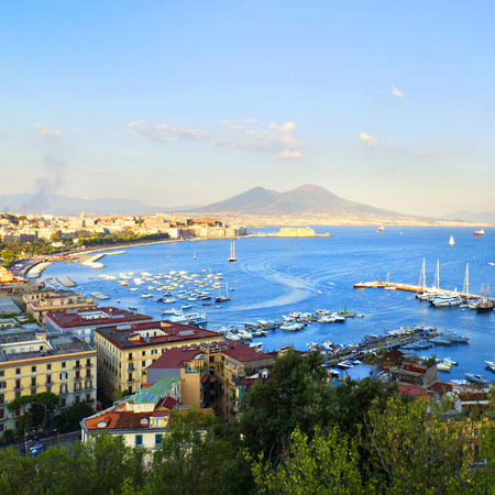Panorama van Napels, uitzicht op de haven in de Golf van Napels, het Kasteel van het ei, en de Vesuvius