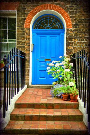 London, entrance to a house with flower beds full of flowers Standard-Bild