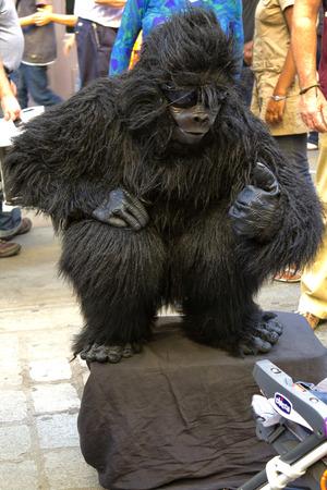 chimpances: LONDRES, 31 de julio de 2010: Artista de la calle, el mimo, los chimpanc�s, Covent Garden, Londres