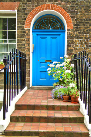 London, entrance to a house with flower beds full of flowers Imagens