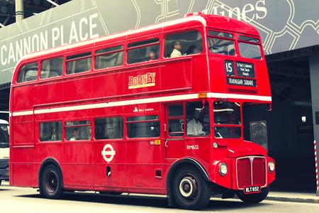 english bus: LONDRES - Le 28 Juillet: Red Double Decker Bus à Londres le 28 Juillet 2010, le Royaume-Uni. Ces bus dobledecker est l'un des symboles les plus emblématiques de Londres.