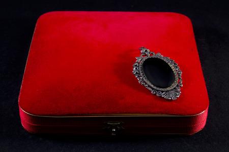 black onyx: Jewelry box with a brooch of onyx