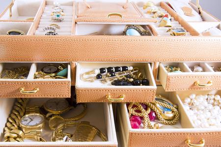 Gouden sieraden in sieraden dozen