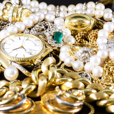 pierres pr�cieuses: Closeup of gold jewelery with precious stones Banque d'images