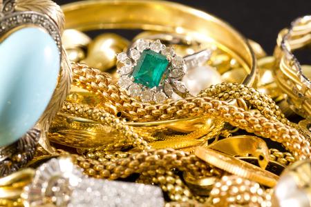 pierres pr�cieuses: Gros plan de bijoux en or avec des pierres pr�cieuses Banque d'images