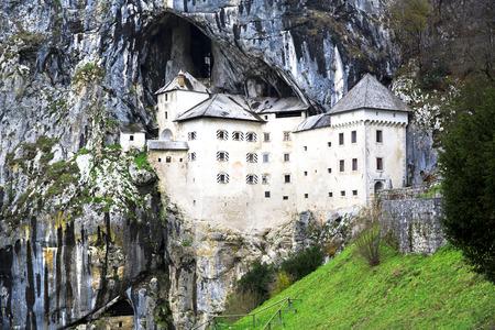 Predjama Castle in Postojna, Slovenië Redactioneel