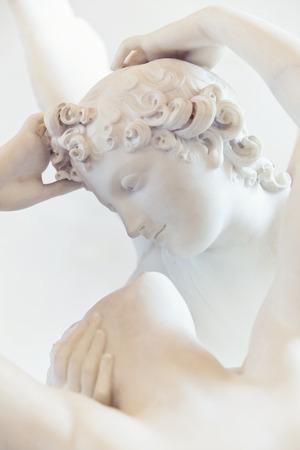 eros: PARIGI, FRANCIA, 6 agosto 2014 Il bacio di Eros e Psiche di Canova, al Louvre di Parigi, Francia