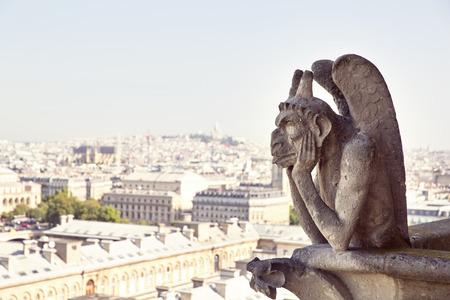 Notre-Dame de Paris Célèbre Chimera, démon, donnant sur la Tour Eiffel un jour d'été Banque d'images - 30933391