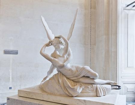 eros: PARIGI, FRANCIA, 6 agosto 2014: Il bacio di Eros e Psiche di Canova, al Louvre di Parigi, Francia Editoriali