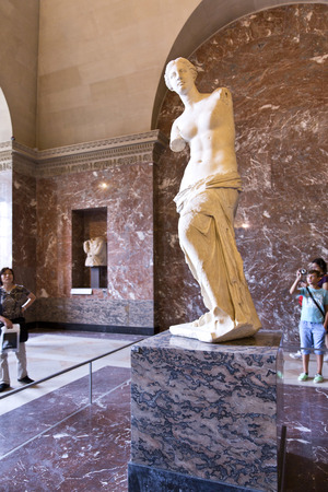 antik: PARIS, FRANCE, August 6, 2014: Venus of Milo statue on August 6, 2014 in Louvre in Paris, France