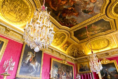 arredamento classico: Versailles, Francia - 7 agosto 2014: Interno della Reggia di Versailles (Palazzo di Versailles), vicino a Parigi il 7 agosto 2014, in Francia. Editoriali