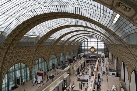 PARIJS, FRANKRIJK, 6 augustus 2014: zicht op het interieur van Musée d'Orsay in Parijs, Frankrijk op 6 augustus 2014. Het museum heeft de grootste collectie impressionistische kunst in de wereld.