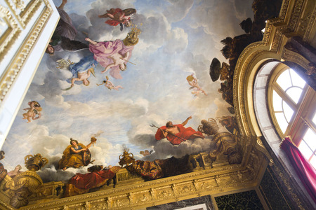arredamento classico: Versailles, Francia - 7 agosto 2014: Interno della Reggia di Versailles (Palazzo di Versailles), vicino a Parigi il 7 agosto 2014, in Francia. Palazzo di Versailles � nella lista patrimonio mondiale dell'UNESCO dal 1979. Editoriali