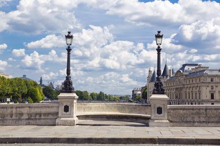 Het prachtige uitzicht op de beroemde Pont Neuf brug in Parijs, Frankrijk