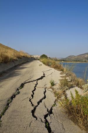 Road verwoest door een aardverschuiving in Sicilië