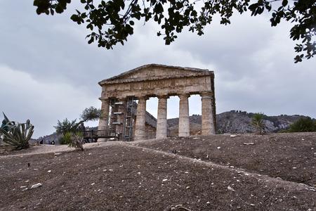 templo griego: El templo griego de Segesta cerca de Trapani en Italia