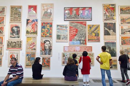 LONDEN, VK, 3 augustus 2010: Mensen bezoeken de galerie Tate Modern op 3 augustus 2010 in Londen. Het is de meest bezochte moderne kunstgalerie wereldwijd, met ongeveer 4,7 miljoen bezoekers per jaar.