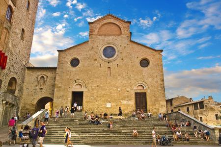 San Gimignano, Italië, 7 augustus 2011: Gebouwen en torens in de Piazza del Duomo, San Gimignano middeleeuwse stad (UNESCO erfgoed), Siena, Toscane, Italië