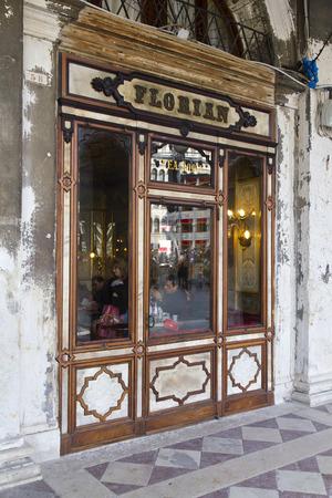 Venetië, Italië, 12 februari 2012: Caffe Florian in het Piazza San Marco in Venetië. Caffe Florian, opgericht in 1720, is het oudste koffiehuis in continubedrijf.