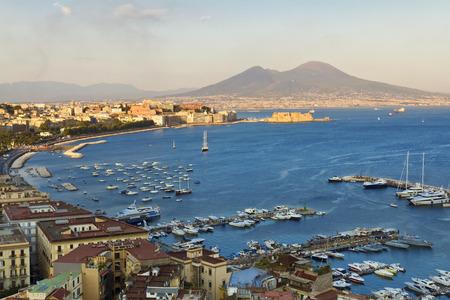 Panorama van Napels, uitzicht op de haven in de Golf van Napels, het kasteel ei, en de Vesuvius