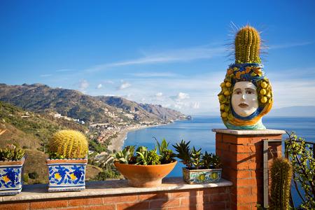 Die schöne Aussicht auf die Küste von Taormina, Sizilien, Italien Standard-Bild - 38996730