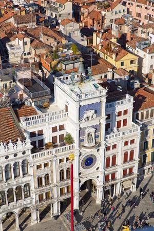leon con alas: Reloj del zodiaco. Torre del Reloj con el león alado y dos páramos en huelga la campana - principios del Renacimiento (1497) la construcción en Venecia, situado al lado norte de la Piazza San Marco, Italia, Europa