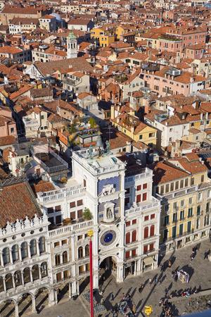 leon con alas: Reloj del zodiaco. Torre del Reloj con el le�n alado y dos p�ramos en huelga la campana - principios del Renacimiento (1497) la construcci�n en Venecia, situado al lado norte de la Piazza San Marco, Italia, Europa