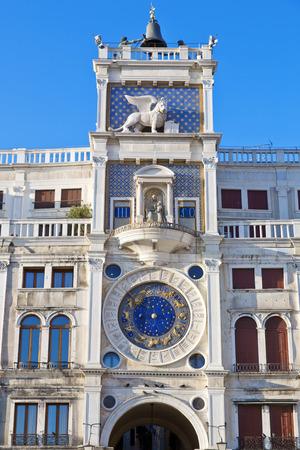 leon alado: Torre del Reloj con el león alado y dos páramos en huelga la campana - principios del Renacimiento (1497) la construcción en Venecia, situado al lado norte de la Piazza San Marco, Italia, Europa Foto de archivo
