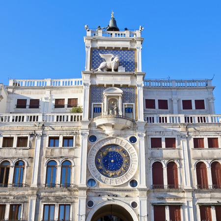 leon con alas: Torre del Reloj con el le�n alado y dos p�ramos en huelga la campana - principios del Renacimiento (1497) la construcci�n en Venecia, situado al lado norte de la Piazza San Marco, Italia, Europa Foto de archivo