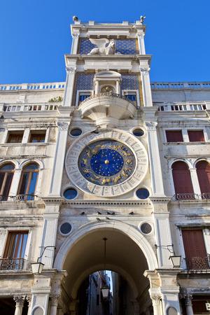 winged lion: Torre del Reloj con el le�n alado y dos p�ramos en huelga la campana - principios del Renacimiento (1497) la construcci�n en Venecia, situado al lado norte de la Piazza San Marco, Italia, Europa Foto de archivo