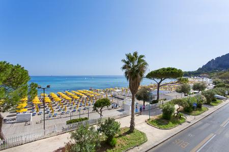 Mondello, parasols op het strand. Mondello is een van de meest populaire bestemmingen voor een vakantie in Sicilië. Stockfoto