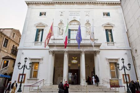 ave fenix: Venecia, Italia, 12 de Noviembre de 2012: El Teatro La Fenice, el F�nix, es la famosa �pera de Venecia.