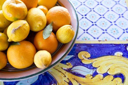 伝統: シチリア セラミック テーブルの柑橘類のバスケット
