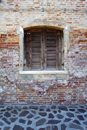 Schilderachtige ramen met luiken op het beroemde eiland Burano, Venetië, Italië Stockfoto