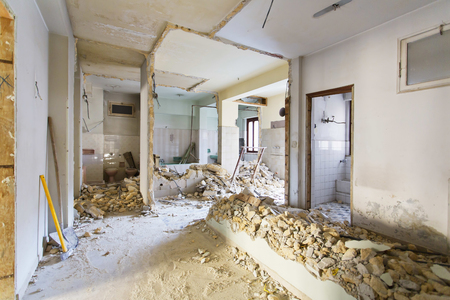 Fotografía de interiores. Apartamento no renovado, habitación antes de la renovación Foto de archivo