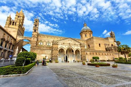 Vista de la fachada de la Catedral de Palermo, Sicilia