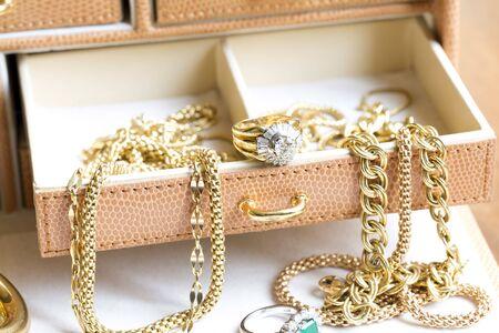 Primo piano di gioielli in oro con pietre preziose