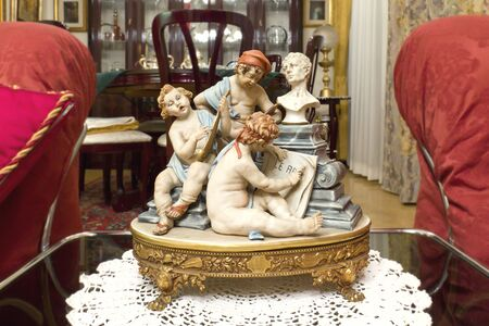 Statue - Capodimonte Porcelain depicting the three arts: painting, music and sculpture Banque d'images