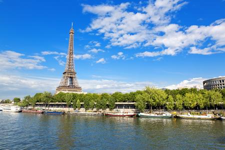 Paris, die schöne Aussicht auf den Eiffelturm an einem Sommertag