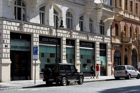 louis vuitton: Praque, Repubblica Ceca - 31 mag 2014 Shoppers passando da una boutique di Louis Vuitton in via pi� elegante in Praque - via Parigi Editoriali