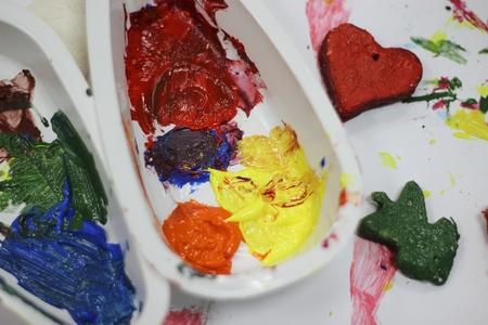 alumnos en clase: pinturas de colores y la masa de sal en recipientes de pl�stico