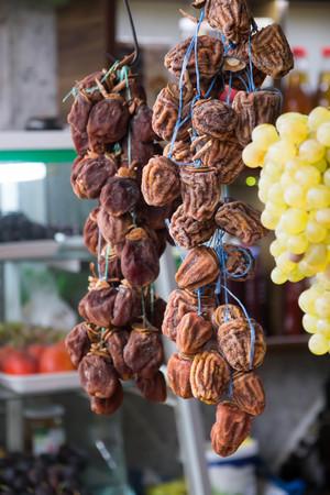 gedroogde persimmon (Diospyros kaki) op de straatmarkt in Georgië