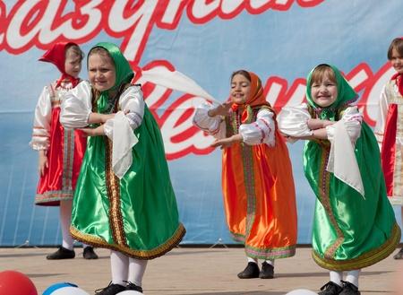 coreografia: PODOLSK - 09 de mayo: los artistas no identificados de conjunto de baile coreogr�fico Eroshki en el evento dedicado al D�a de la Victoria en la Segunda Guerra Mundial el 9 de mayo de 2012 en Podolsk, Rusia