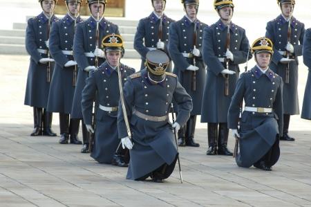 cavalryman: MOSC� - 27 DE OCTUBRE guardias no identificados del presidente Putin equipo en un desfile de cambio el 27 de octubre de 2012, en Mosc�, Rusia Editorial