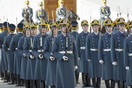 cavalryman: MOSC� - 27 DE OCTUBRE guardias no identificados del presidente Putin escuadr�n marchaba hacia fuera en un desfile de cambio el 27 de octubre de 2012, en Mosc�, Rusia Editorial